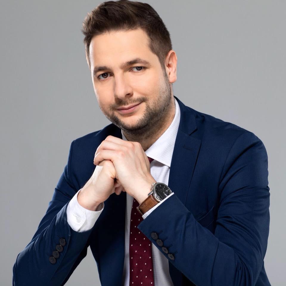 Sprawdzamy sondaże - https://www.sprawdzamysondaze.pl/samorzadowe-2018/wp-content/uploads/2018/08/Warszawa_Patryk_Jaki.jpg